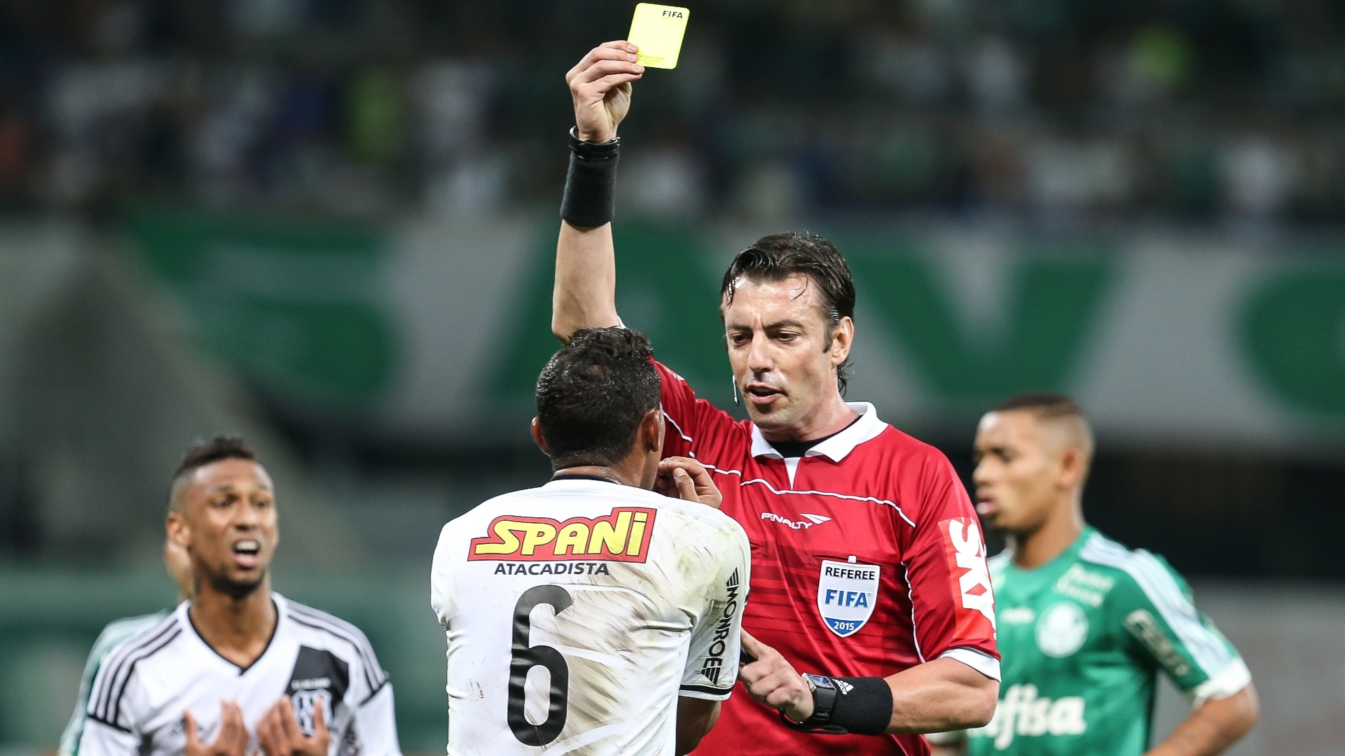 Rafael Claus aplica cartão amarelo em Gilson no confronto entre Palmeiras e Ponte Preta pelo Campeonato Brasileiro