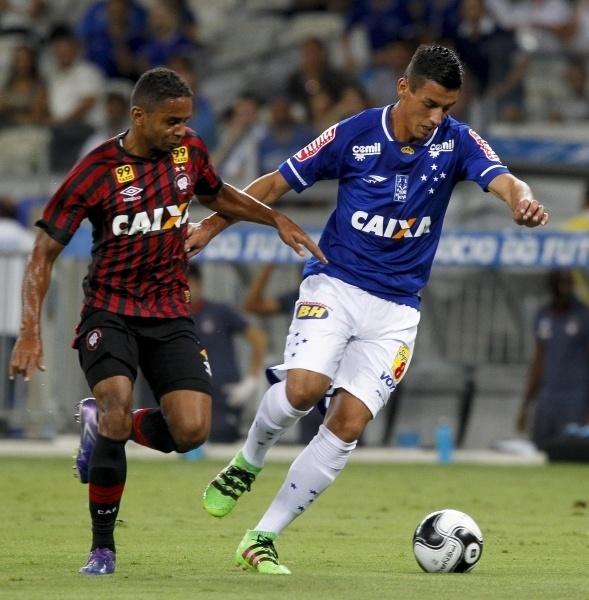 Jogadores do Cruzeiro e Atlético-PR disputam bola no jogo entre as equipes na Primeira Liga