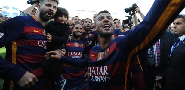 De calça jeans, Douglas comemora o bicameponato do Barcelona
