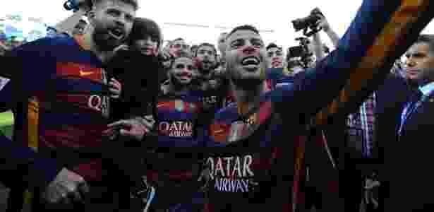 De calça jeans, Douglas comemora o bicameponato do Barcelona -  Denis Doyle/Getty Images -  Denis Doyle/Getty Images
