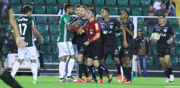 Jogadores de Figueirense e Palmeiras pressionam o árbitro Igor Júnio Benevenuto