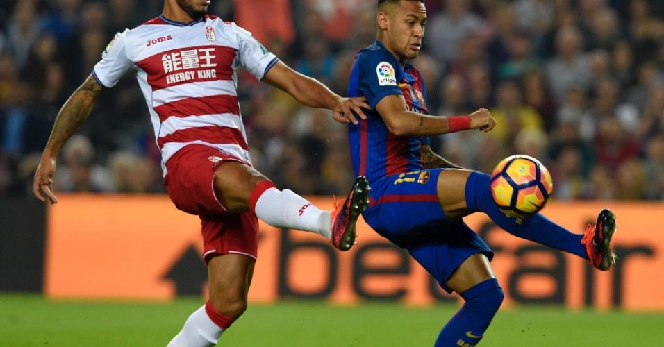 Neymar disputa a bola com Vezo, do Granada