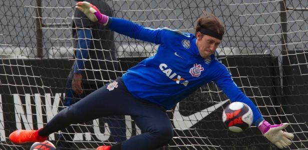 Cássio pula para defender a bola em treino de alta intensidade no Corinthians