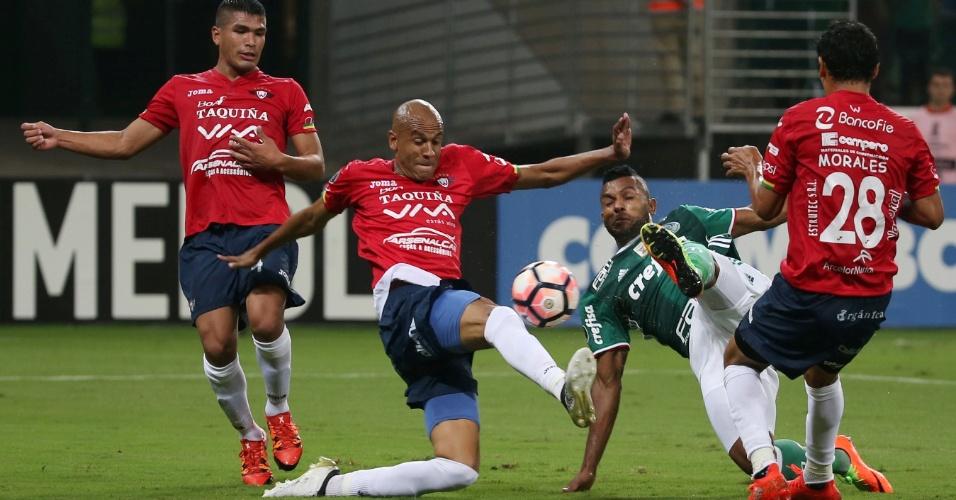 Borja, do Palmeiras, tenta chutar marcado de perto por Alex Silva, do Jorge Wilstermann, no Allianz Parque