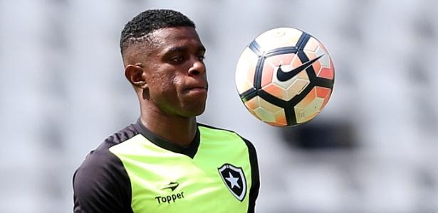 O zagueiro Marcelo durante um treino do Botafogo