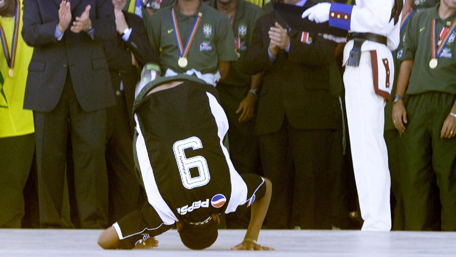 Vampeta dá cambalhota na rampa do Palácio do Planalto na festa de comemoração do penta, em 2002