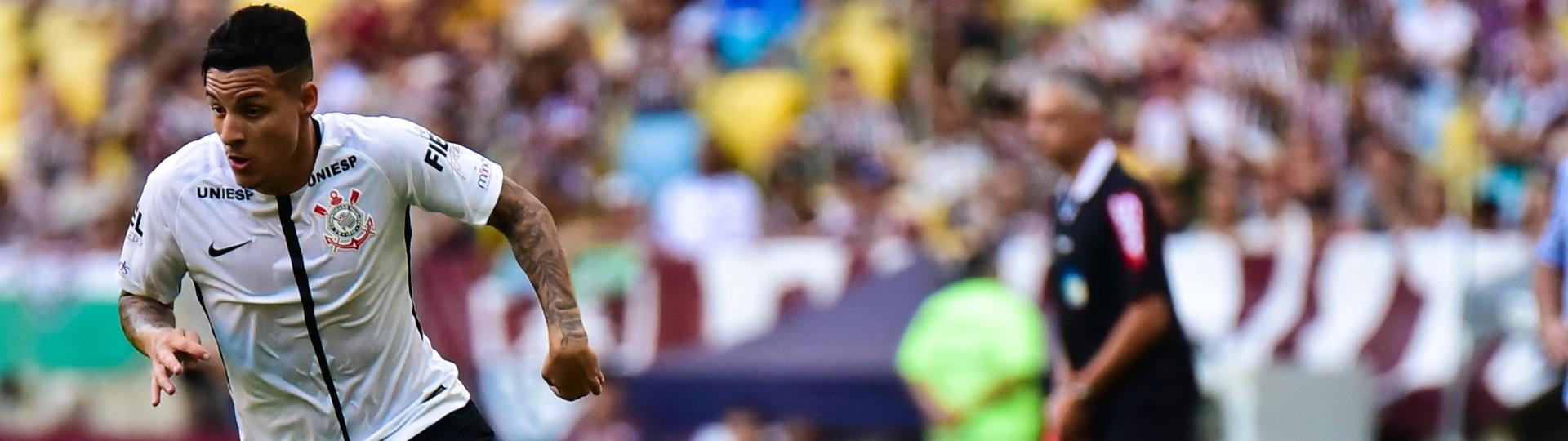 Guilherme Arana se livra de Gustavo Scarpa em Fluminense x Corinthians pelo Campeonato Brasileiro