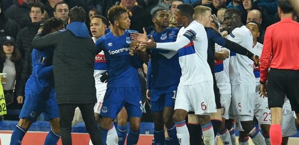 Jogadores de Everton e Lyon protagonizaram confusão na Liga Europa - Oli Scarff/AFP