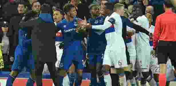 Fernando Marçal, do Lyon, tenta se livrar da marcação do Everton - Oli Scarff/AFP