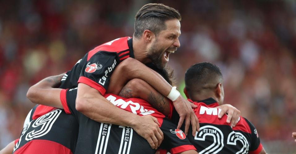 Diego e companheiros do Flamengo comemoram um dos gols na vitória sobre o Botafogo