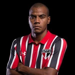 Régis posa com a camisa do São Paulo; jogador teve o contrato suspenso