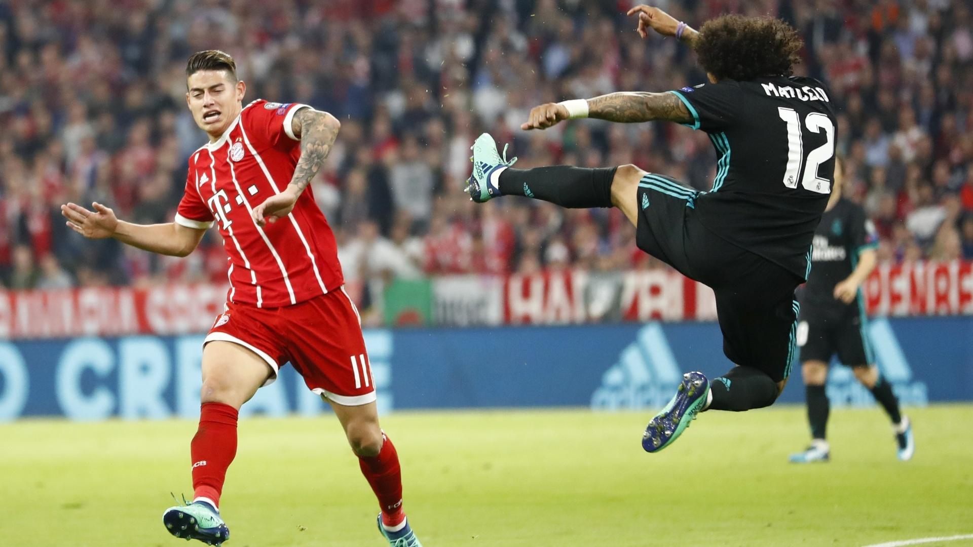 Marcelo disputa lance no ar com James Rodriguez, na vitória do Real Madrid sobre o Bayern