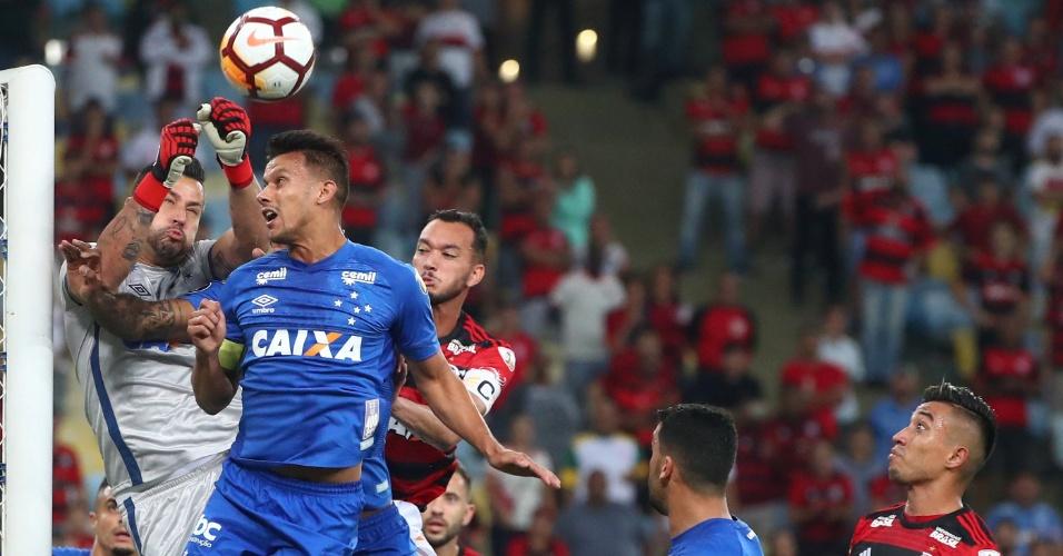 Lance da partida entre Flamengo e Cruzeiro, pelas oitavas de final da Copa Libertadores