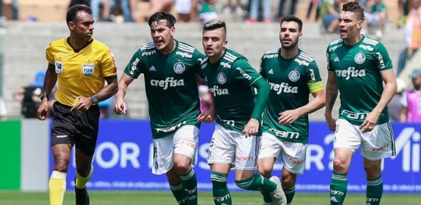 Jogadores do Palmeiras reclamam com árbitro no Pacaembu - Marcello Zambrana/AGIF