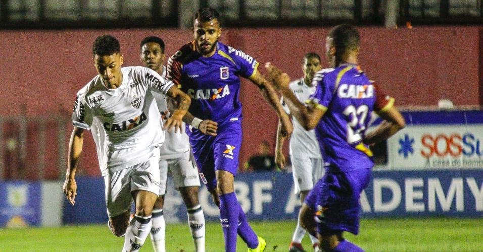 0cebf692e6 Neto carrega bola durante jogo entre Atlético-MG e Paraná