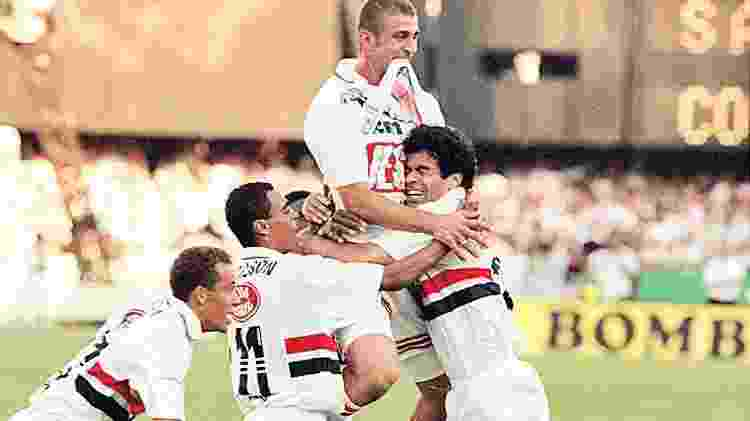 São-paulinos comemoram um dos gols da decisão do Campeonato Paulista de 1998 - Ormuzd Alves/Folhapress