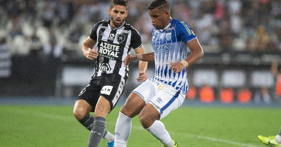 jogador Gabriel, do Botafogo, durante partida contra equipe do Avaí, em jogo válido pela 32ª rodada do Campeonato Brasileiro