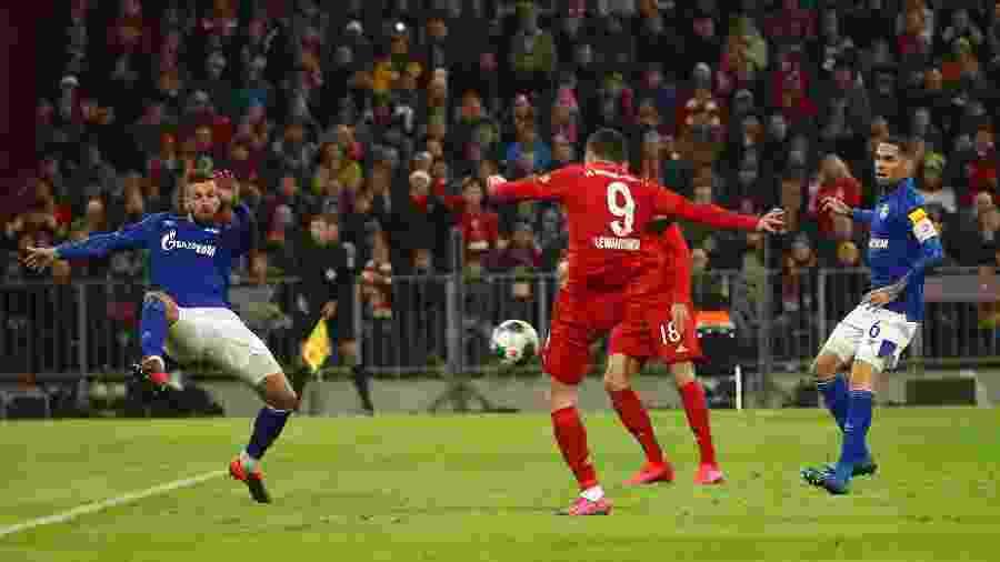 Lewandowski marca o primeiro gol contra o Schalke 04 - MICHAEL DALDER/REUTERS