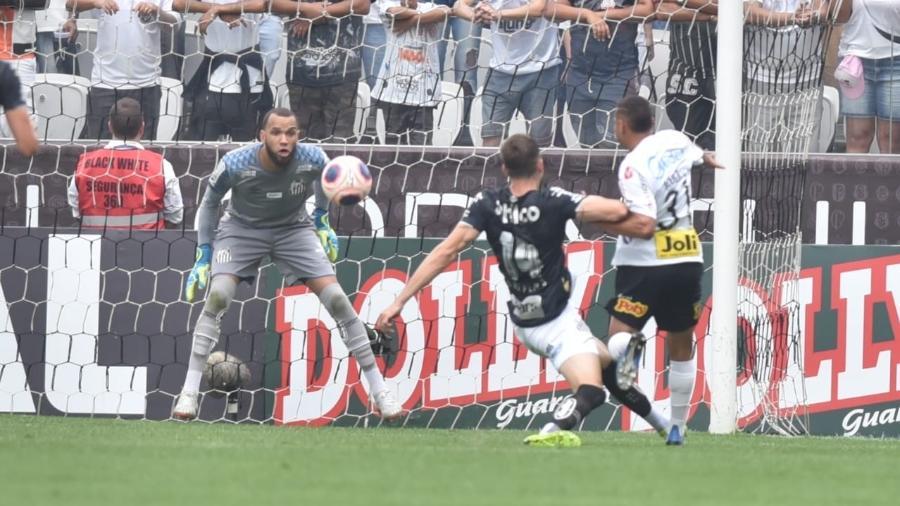 Everson observa atentamente lance em clássico entre Santos e Corinthians, antes de o Campeonato Paulista parar em março - Ivan Storti/Santos FC