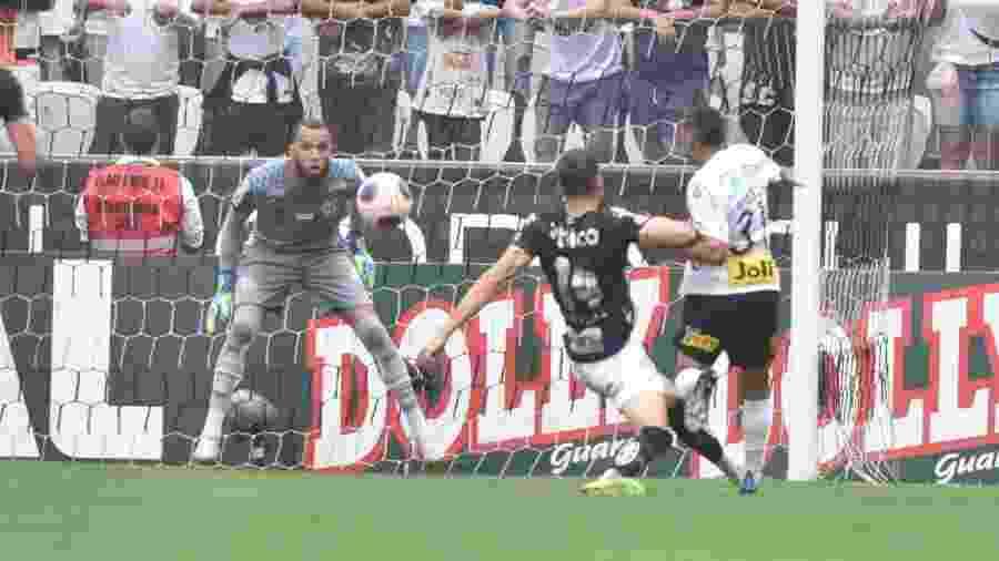 Everson observa atentamente lance em clássico entre Santos e Corinthians - Ivan Storti/Santos FC