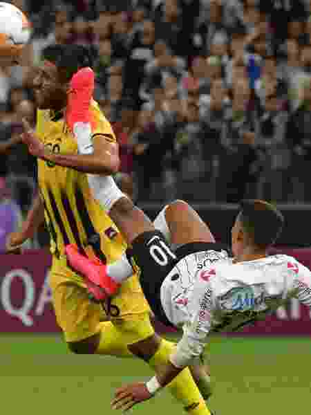 Pedrinho acerta Ángel Benítez, do Guaraní (PAR), e deixa Corinthians com um a menos na Libertadores - NELSON ALMEIDA / AFP