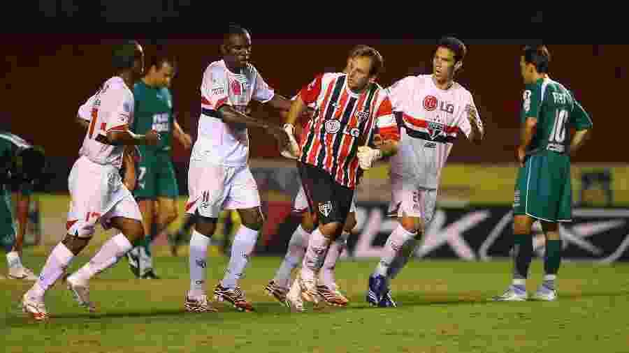 Jogadores do São Paulo comemoram gol de Rogério Ceni na vitória por 2 a 0 sobre o Goiás, em 2007 - Rubens Cavallari/Folhapress