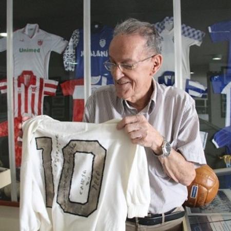 Camisa que Pelé usou na inaguração de estádio que leva seu nome, contra a seleção alagoana em 1970 - Acervo pessoal
