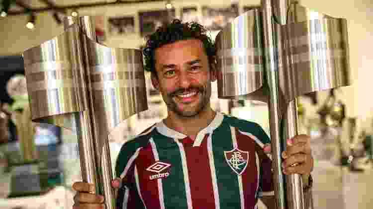 Fred posa ao lado das taças do Brasileiro, em Laranjeiras, sede do Fluminense - Lucas Merçon / Fluminense F.C. - Lucas Merçon / Fluminense F.C.