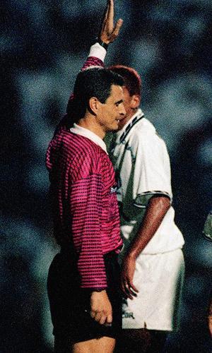 Árbitro Márcio Rezende durante final do Campeonato Brasileiro de 1995, entre Santos e Botafogo