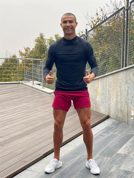 Cristiano Ronaldo posa para foto com o cabelo raspado - Reprodução/Instagram