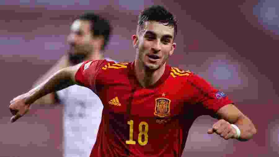 Ferrán Torres comemora um de seus gols pela Espanha, em goleada por 6 a 0 contra a Alemanha - Fran Santiago/Getty Images)