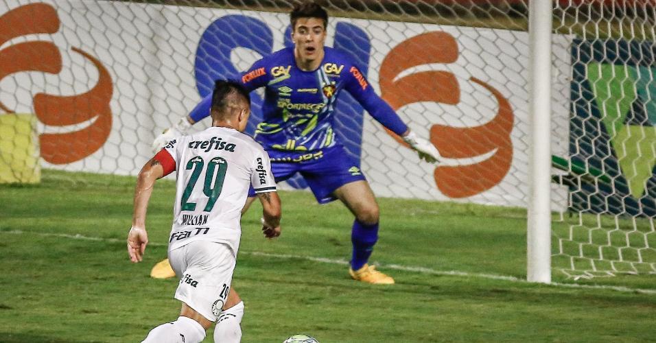 Willian de frente com Luan Polli antes de abrir o placar para o Palmeiras