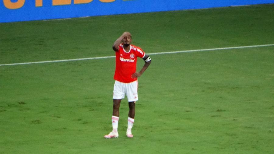 Edenilson se isola e chora sozinho após gol anulado no último minuto - Marinho Saldanha/UOL