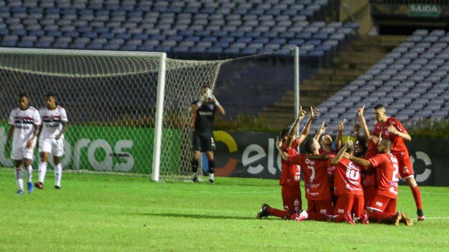 Jogadores do 4 de Julho comemoram gol contra o São Paulo pela Copa do Brasil - BENONIAS CARDOSO/FUTURA PRESS/ESTADÃO CONTEÚDO