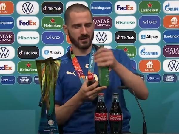 Zagueiro bebeu tanto a cerveja quanto o refrigerante antes de entrevista coletiva