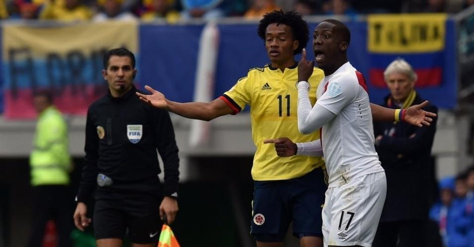 Advincula reclama de Cuadrado em jogada na linha lateral no jogo entre Colômbia e Peru