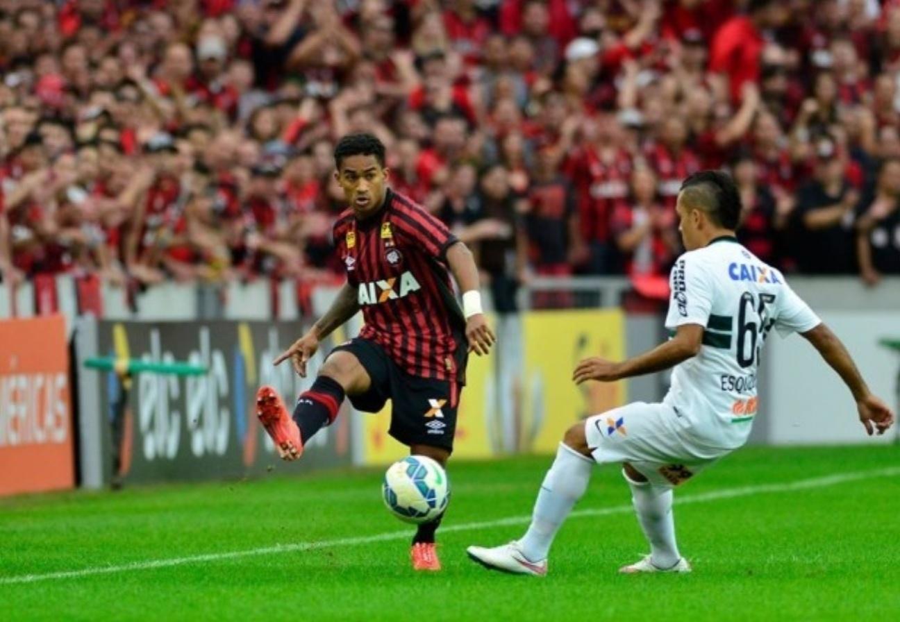 Esquerdinha, do Coritiba, tenta marcar o avanço do Atlético-PR na Arena da Baixada