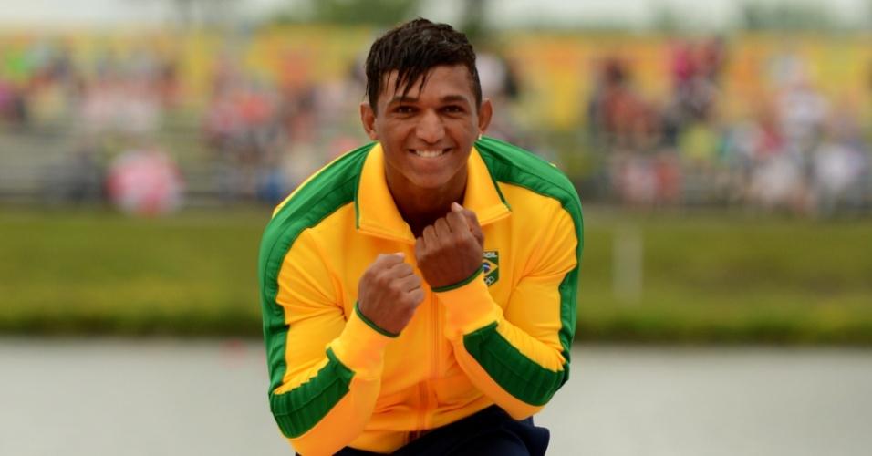 Isaquias Queiroz comemora a medalha de ouro conquistada na canoagem C1-200m