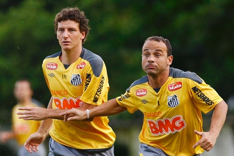 Elano adia aposentadoria no Santos e  atrapalha  festa de despedida de Léo  - 02 01 2016 - UOL Esporte b71aecf58717f