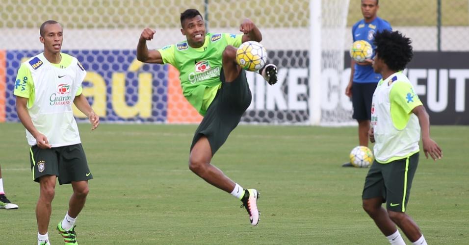 Alex Sandro dá voadora para dominar bola durante treino da seleção