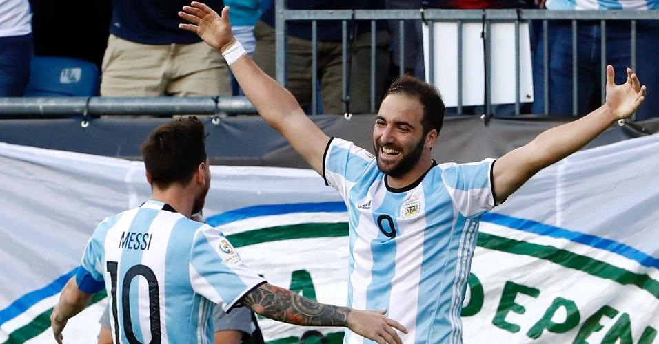 Higuain comemora gol marcado pela Argentina sobre a Venezuela