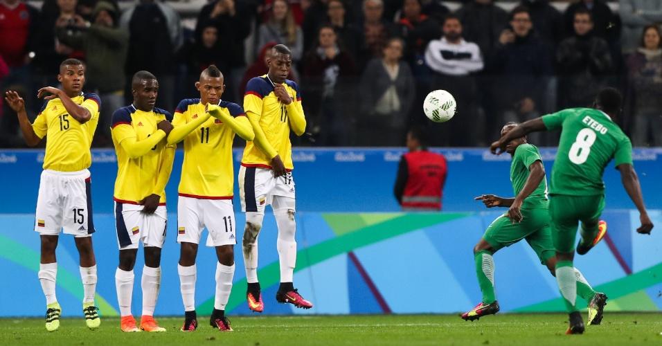 Nigeriano cobra falta diante da equipe da Colômbia