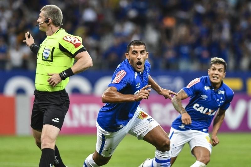 Ramón Ábila comemora gol do Cruzeiro diante da Ponte Preta no Mineirão