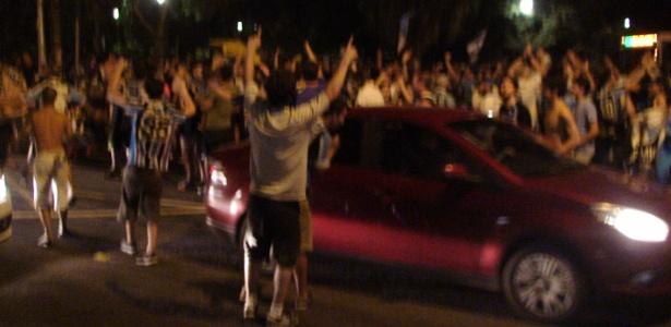 Gremistas fecham rua e comemoram rebaixamento do Inter