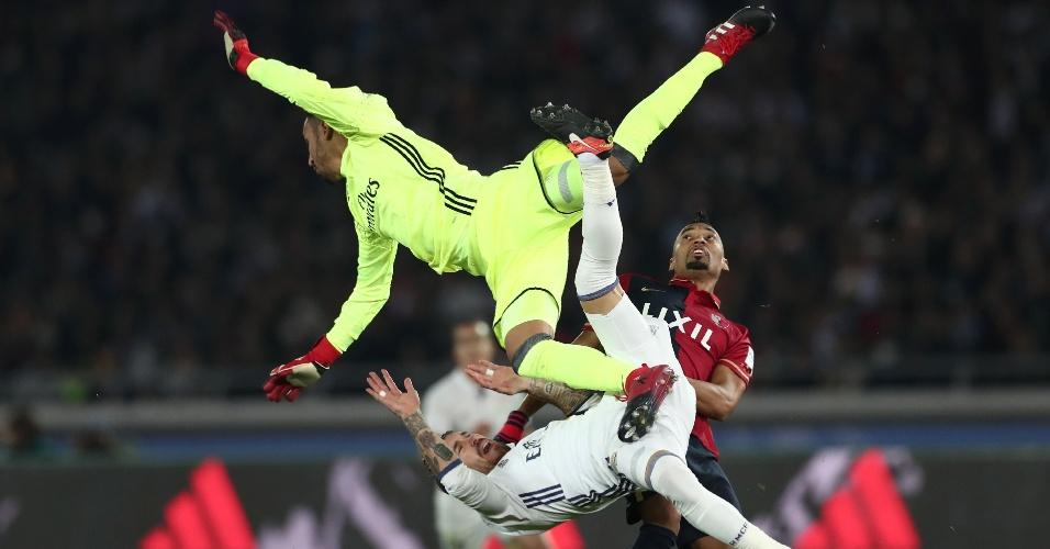 Brasileiro Fabrício observa trombada entre Keyloar Navas e Sergio Ramos