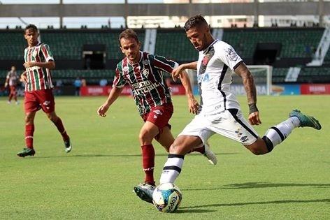 Lucas, do Fluminense, acompanha de perto a marcação de jogador vascaíno