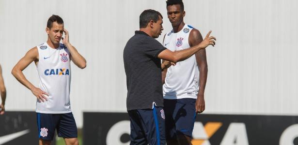 Carille orienta Jô e Rodriguinho em último treino antes do jogo contra o Novorizontino