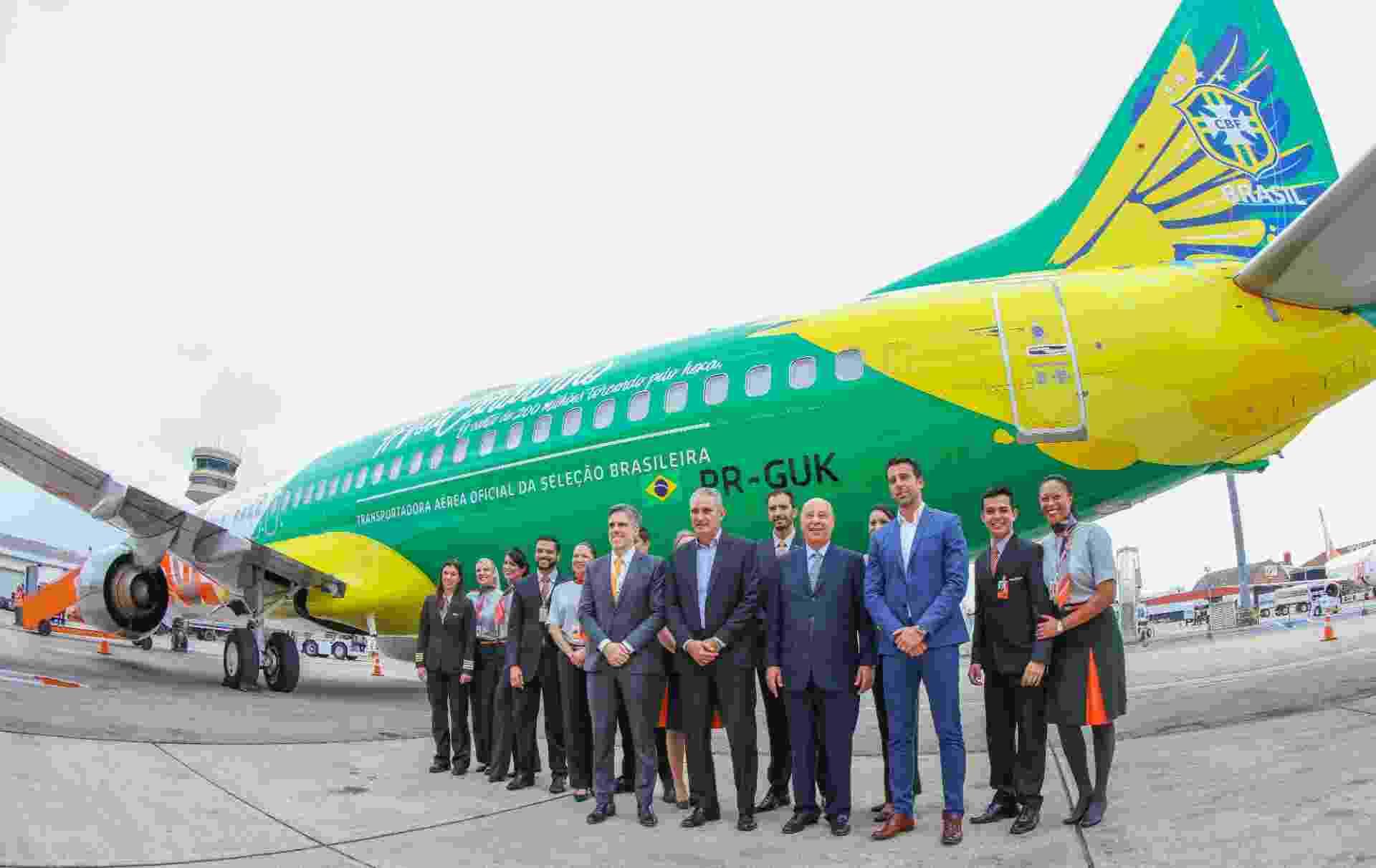Tite, Marco Polo del Nero e Edu Gaspar posam em frente ao avião da seleção brasileira, fornecido pela Gol - undefined