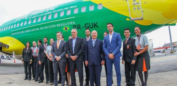 Tite, Marco Polo del Nero e Edu Gaspar posam em frente ao avião da seleção brasileira