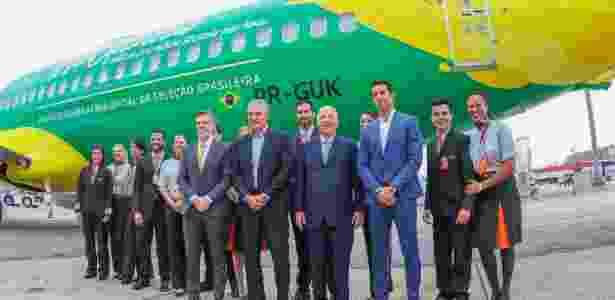 Tite, Marco Polo del Nero e Edu Gaspar posam em frente ao avião da seleção brasileira, fornecido pela Gol - Ricardo Stuckert/CBF